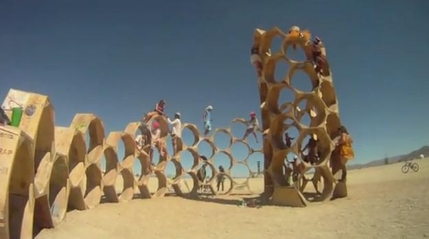 究極の砂漠の野外レイブ・アートフェスティバルのバーニングマン