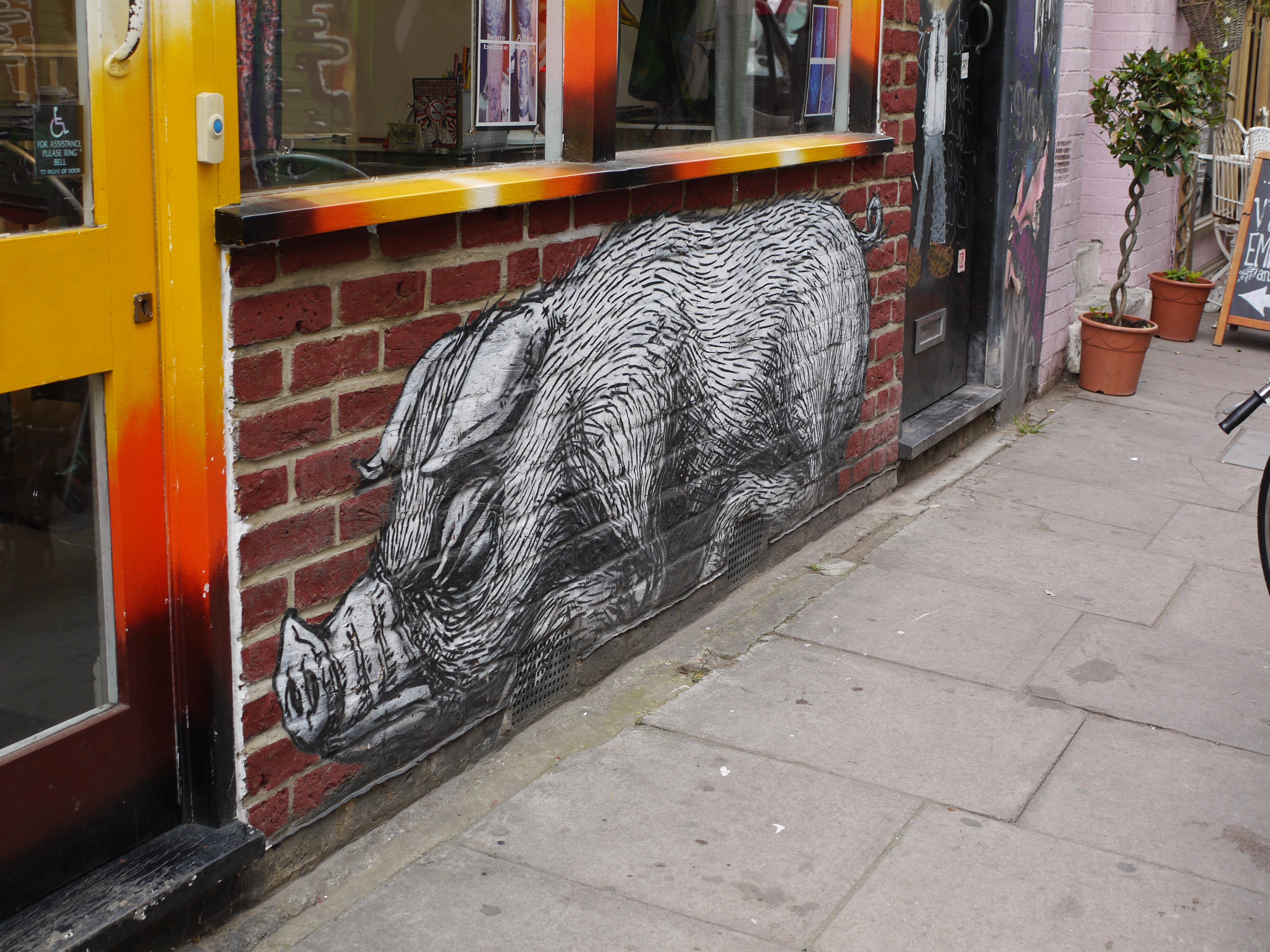 大型の動物ミューラル:Roa(ローア)のストリートアート