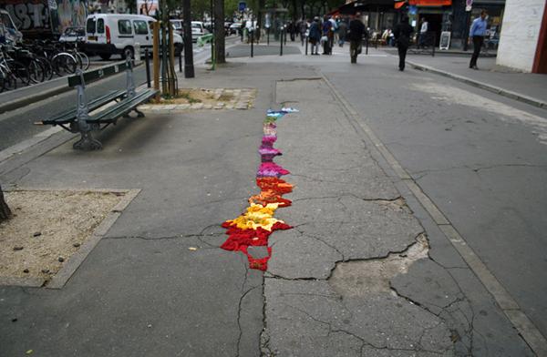 パリの一風変わったストリートアート紹介:道路の穴を埋めるアートプロジェクト・Pothole Project