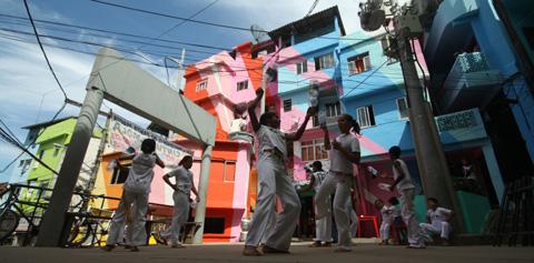 ファヴェーラペインティング:リオのコミュニティーアートプロジェクト